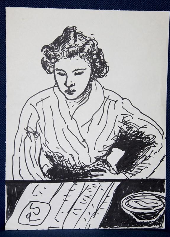Luonnosmainen nainen kylpytakissa, lukee lehteä, jonka vieressä kulho pöydällä.