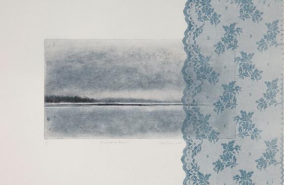 Valkoiselle pohjalle painettu suorakulmio, jossa mustavalkoinen järvimaisema. Oikean laidan peittää pitsimäinen sinertävä kuvio.