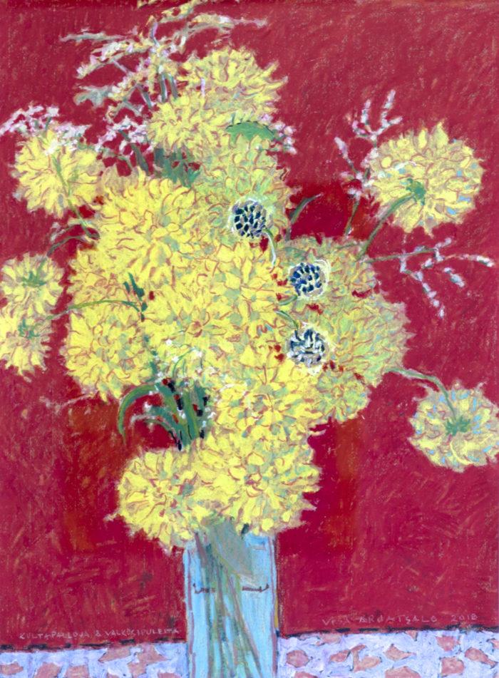 Keltaisia, kirjavia kasveja vaaleansinisessä ruukussa, joka vaaleansinisellä punakuvioisella tasolla. Punainen tausta.