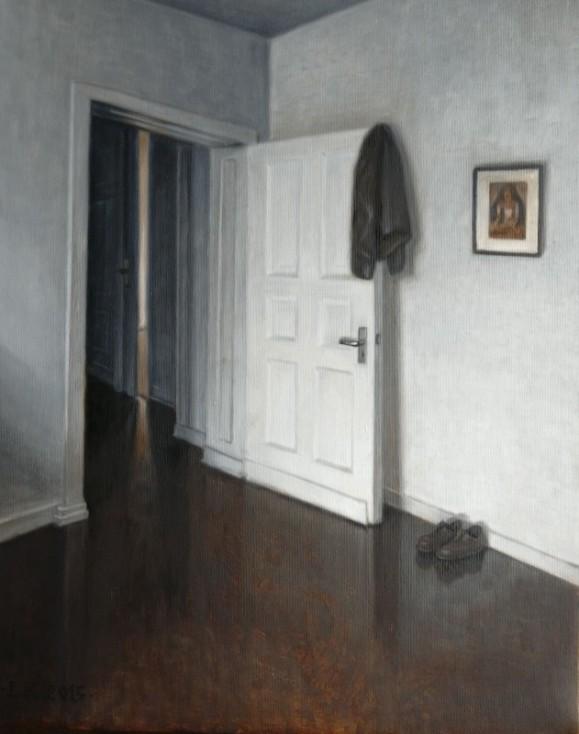 Avoin valkoinen ovi, jonka kulmasta roikkuu nahkatakki. Vieressä kengät lattialla ja taulu valkoisella seinällä. Ruskea lattia.