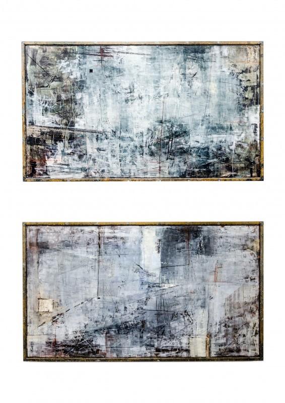 Kaksi abstraktia maalausta. Vahvaa tekstuuria, valkoista ja hieman mustaa, kulmikkaita muotoja.