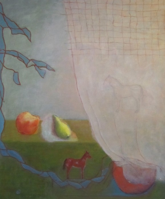 Vasemmalla reunalta oikealle pitkä sininen muoto, jolla ruskea hevonen, päättyy kulhoon. Tasolla omena ja päärynä. Oikealla vaalea verho jonka takana hevonen.