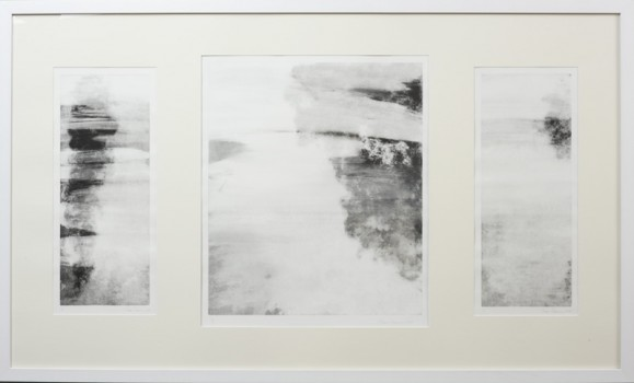 Kolme abstraktia mustavalkoista vedosta valkoisten kehysten sisällä.