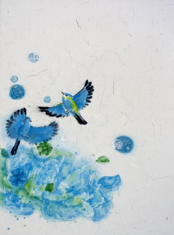 Kaksi sinistä lintua joiden alla abstrakti sininen muoto, ympärillä sinisiä pilkkuja. Valkoinen tausta.