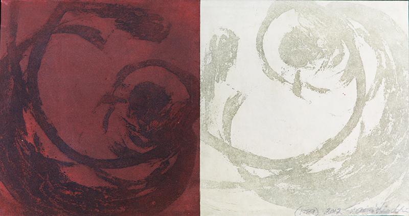 Kahteen, ruskeaan ja valkoiseen, alueeseen jaettu pohja. Kummassakin himmeä abstrakti kuvio, toistensa peilikuvat.