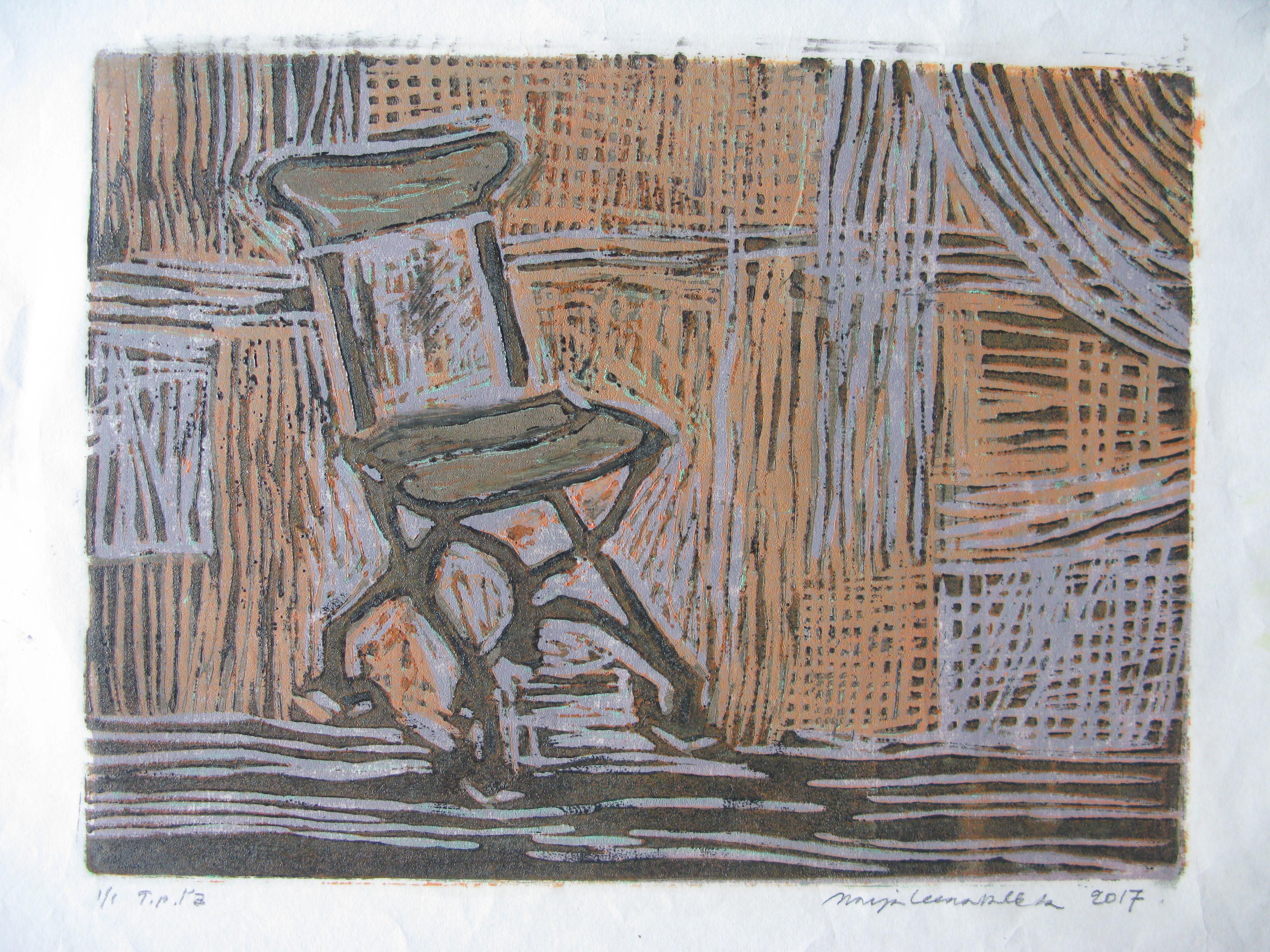 Graafinen tuoli, taustalla viivaa, murrettua sinistä ja oranssia.