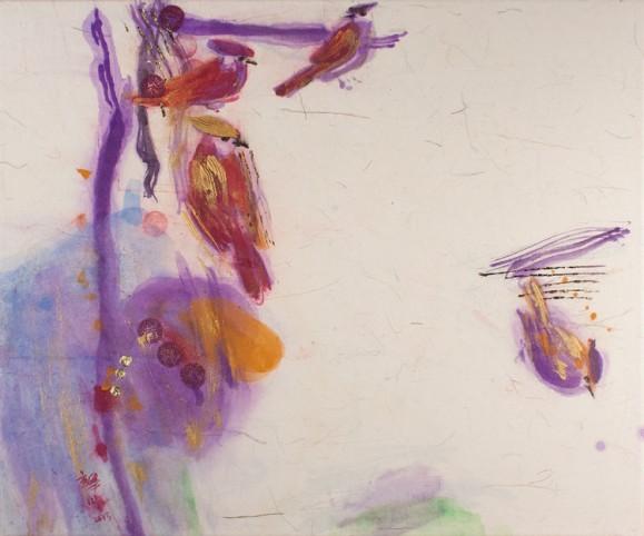 Violettia maalausjälkeä, pilkkuja, kirjavia lintuja. Valkoinen tausta.