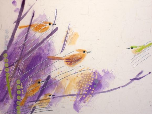 Oransseja lintuja, vastapäätä keltainen lintu. Abstrakteja violetteja oksia. Kultaisia pilkkuja. Valkoinen tausta.