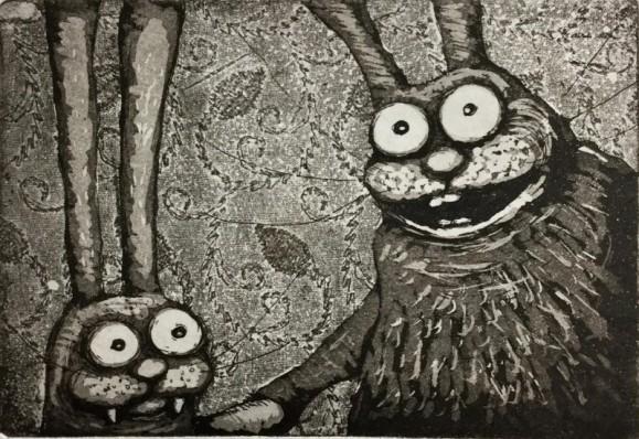 Kaksi hullunkurista mulkosilmäistä jänistä kättelemässä. Mustavalkoinen. Taustalla koristeellista lehtikuviota.