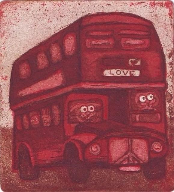 Punainen kaksikerroksinen bussi, jonka sisällä eläinhahmoja. Etuosassa lukee