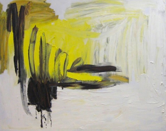 Abstrakti maalaus. Keltaista, okraa ja mustaa maalausjälkeä valkoisella taustalla.