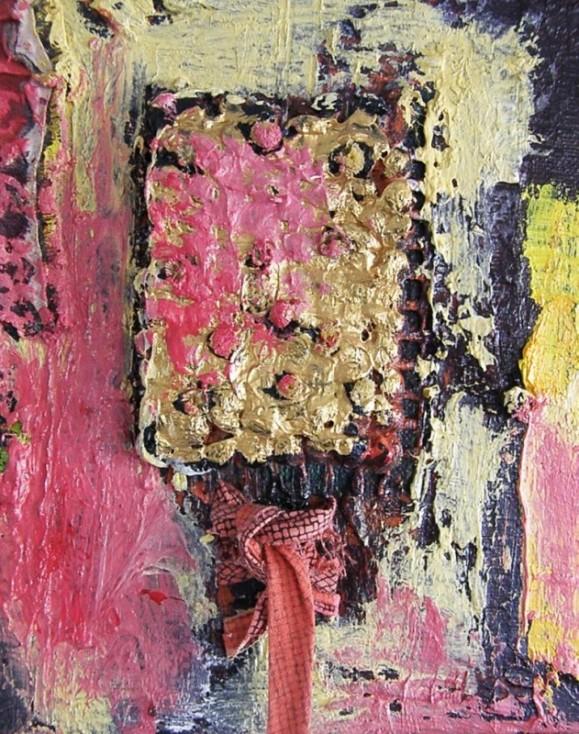 Kultamaalinen mohkurainen suorakulmio jossa vaaleanpunaista. Ympärillä ilmaisullista maalausjälkeä vaaleanpunaisen sävyissä, hieman mustaa ja keltaista. Alla punertava rusetti.
