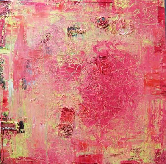 Vaaleanpunainen abstrakti maalaus, häivähdyksiä vaaleankeltaista. Koukeroista viivaa ja muutama pinnalle kiinnitetty kangastilkku.