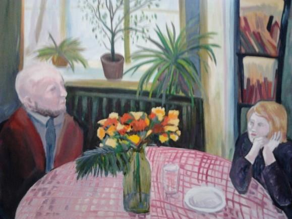 Vanha mies ja nuori naine pöydän äärellä. Vaaleanpunainen ruudullinen pöytäliina, kukkia pullossa, lautanen, juomalasi. Taustalla ikkuna, viherkasveja ja kirjahylly.