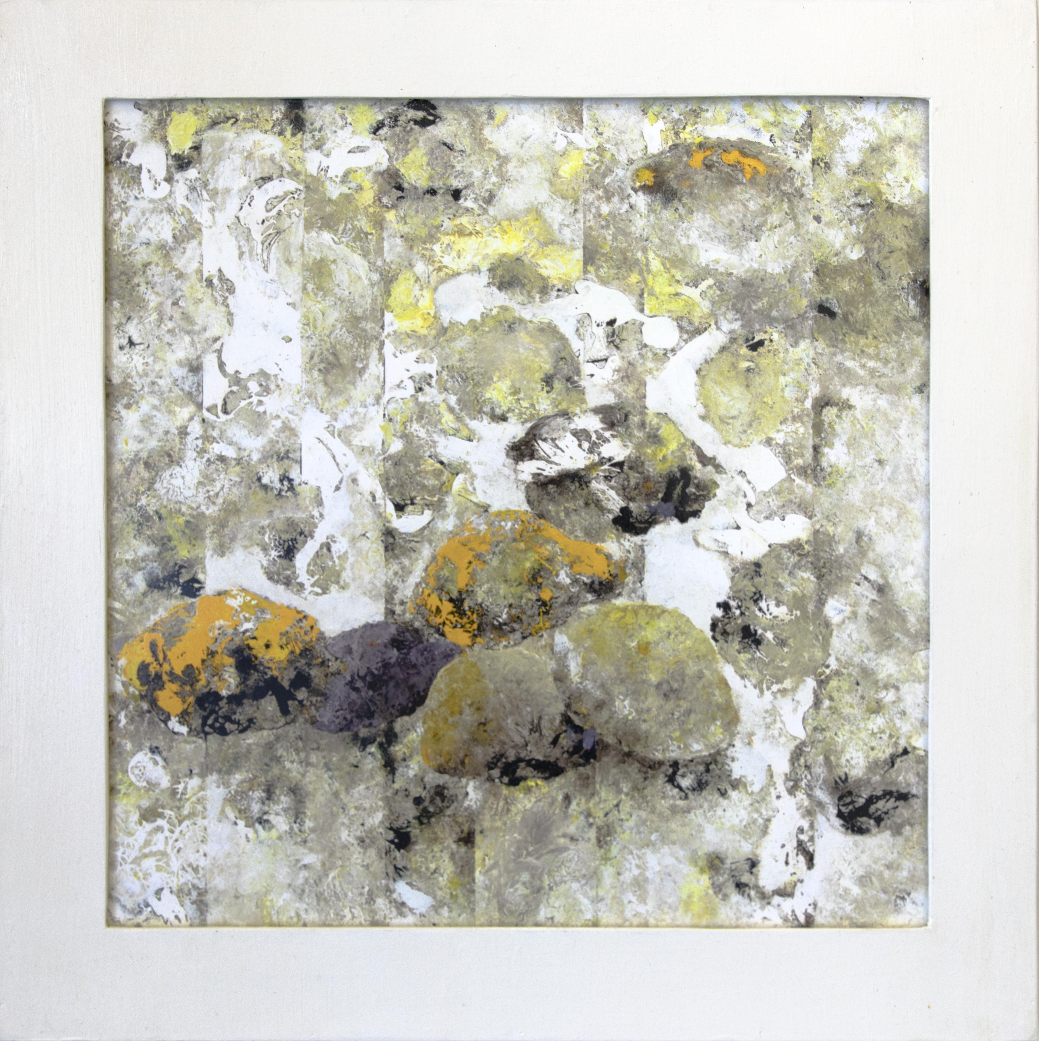 Abstrakti maalaus valkoisen ja harmaan sävyissä, siellä täällä keltaista ja mustaa. Etualalla kiviä muistuttavia muotoja. Taustalla epämääräisiä raitoja. Rouheaa tekstuuria.