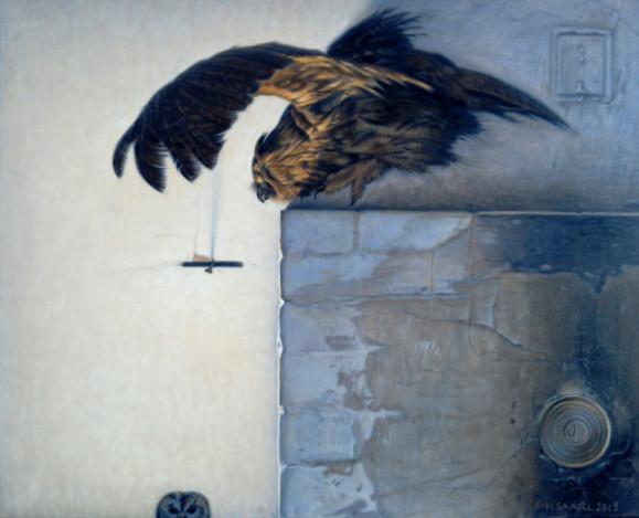 Uuninpankolla lentävä huuhkaja. Alareunasta kurkistaa pöllö. Valkoinen seinä.