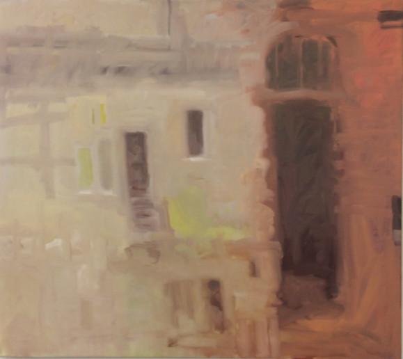 Vaalealla taustalla tummia, haaleita ja keltaisia pystysuorakulmioita. Oikealla korkea ja kapea ovi punaruskealla taustalla.