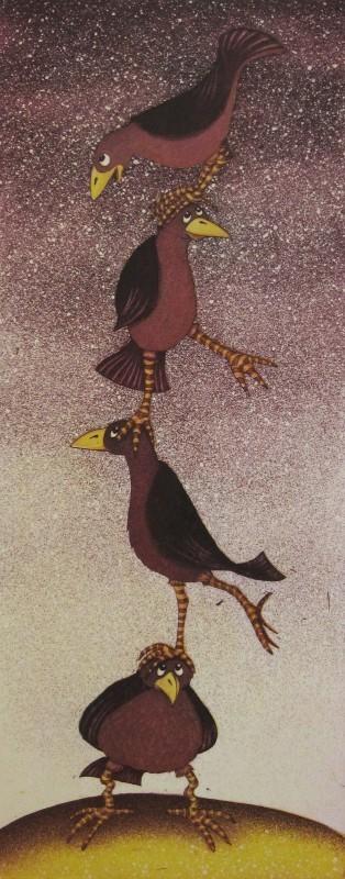 Neljä lintua seisoo toistensa päillä. Taustalla harmaa ja tummanvioletti tähtitaivas.