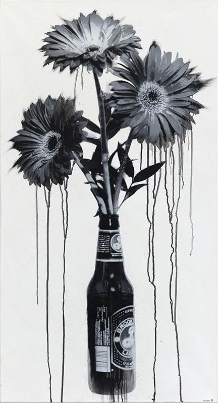 Kolme mustavalkoista kukkaa mustavalkoisessa olutpullossa. Valumia.