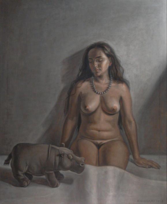 Istuva alaston nainen nojaa seinää vasten, jalat valkoisen lakanan alla. Vieressä pieni virtahepo.