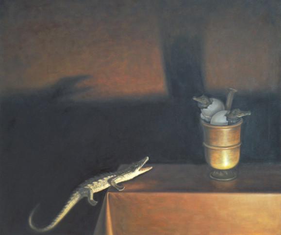 Krokotiili keikkuu pöydän laidalla. Pöydällä kuppi jossa kaksi munista kuoriutuvaa krokotiilia. Ruskea pöytäliina. Taustalla tummia varjoja ja ruskeaa seinää.