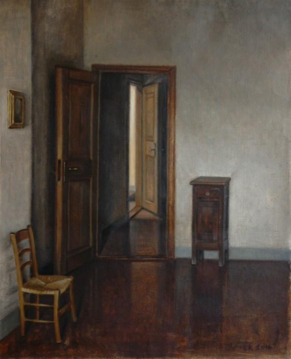 Tuoli, avoin ovi josta näkyy toinen avoin ovi, lipasto, valkoisella seinällä pieni taulu.