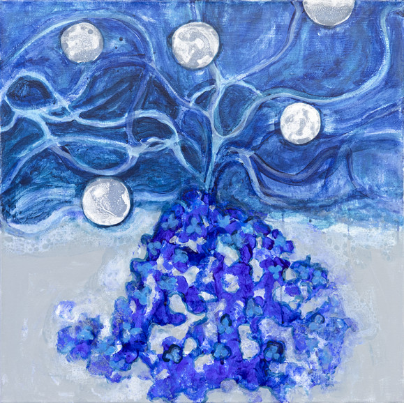 Epämääräinen röykkiö josta nousee oksia ja valkoisia palloja. Sinisen sävyissä.