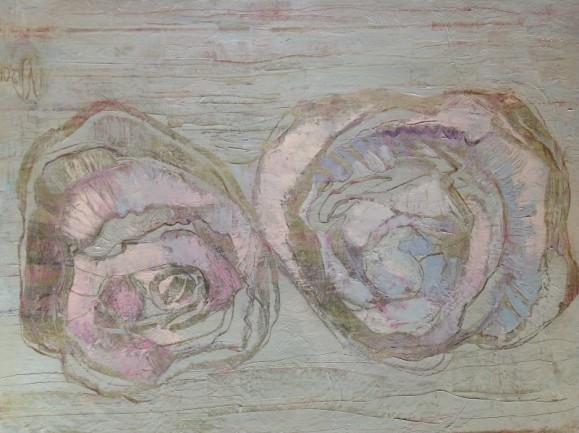 Vaaleahko abstrakti maalaus. Kaksi ruusumaista muotoa, himmeitä purppuran, ruskean ja sinisen sävyjä.