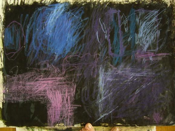 Abstrakti maalaus. Tummalla pohjalla sinisen ja purppuran sävyisiä sotkuja.