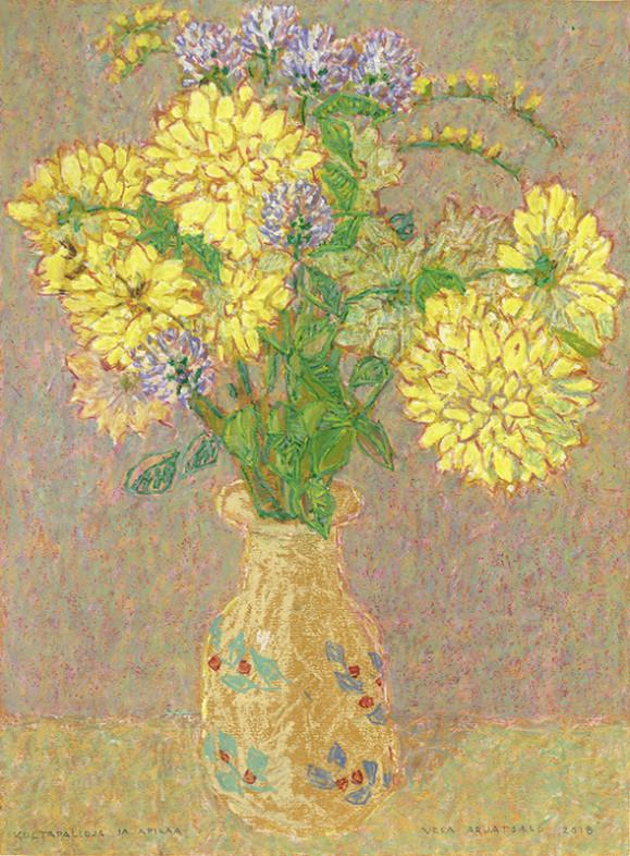 Keltaisia ja violetteja kukkoa beigessä ruukussa. Vaalea, rusehtavan kirjava tausta.