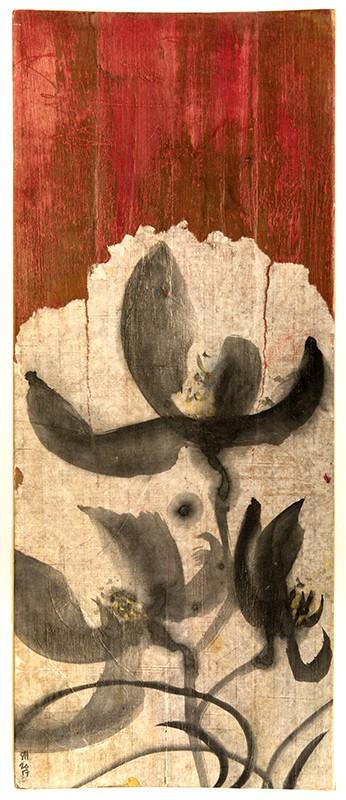 Mustia valkoisia kukkia rusehtavan valkoisella pohjalla. Yllä punaruskeaa. Patinoituneen näköinen pohja.