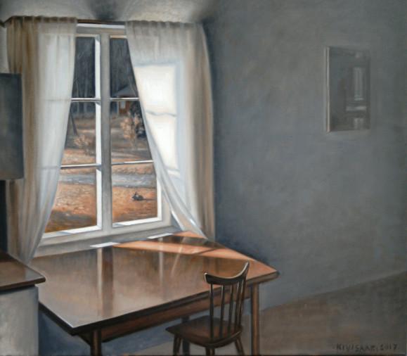Ikkuna, josta näkyy piha, jänis, punainen pieni rakennus ja metsää. Ruskea pöytä ja tuoli ikkunan edessä, valkoiset verhot. Harmaalla seinällä taulu.