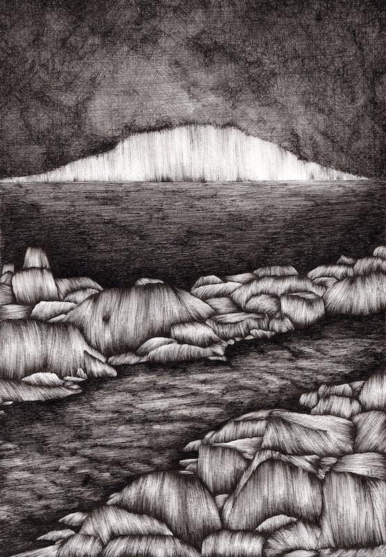 Etualalla kivikon ympäröimä joki, takana horisontissa hohtava vuori pimeän keskellä. Mustavalkoinen, mystinen tunnelma.