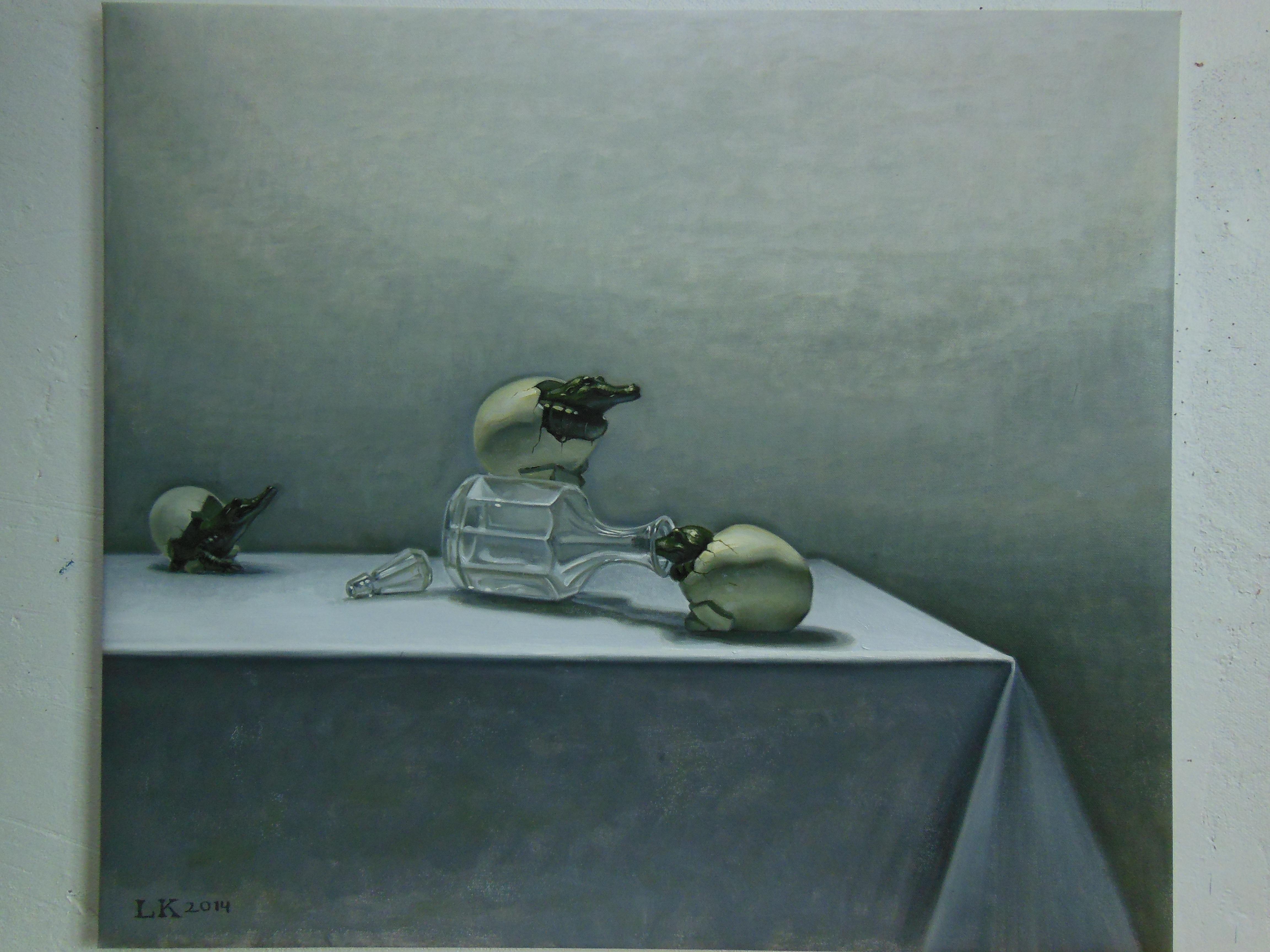 Pöydällä kaatunut karahvi, munia joista kuoriutuu krokotiileja. Valkoinen pöytäliina, vaaleanharmaa seinä.