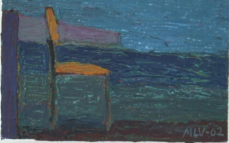 Ruskea tuoli maalauksellisen merimaiseman edessä.