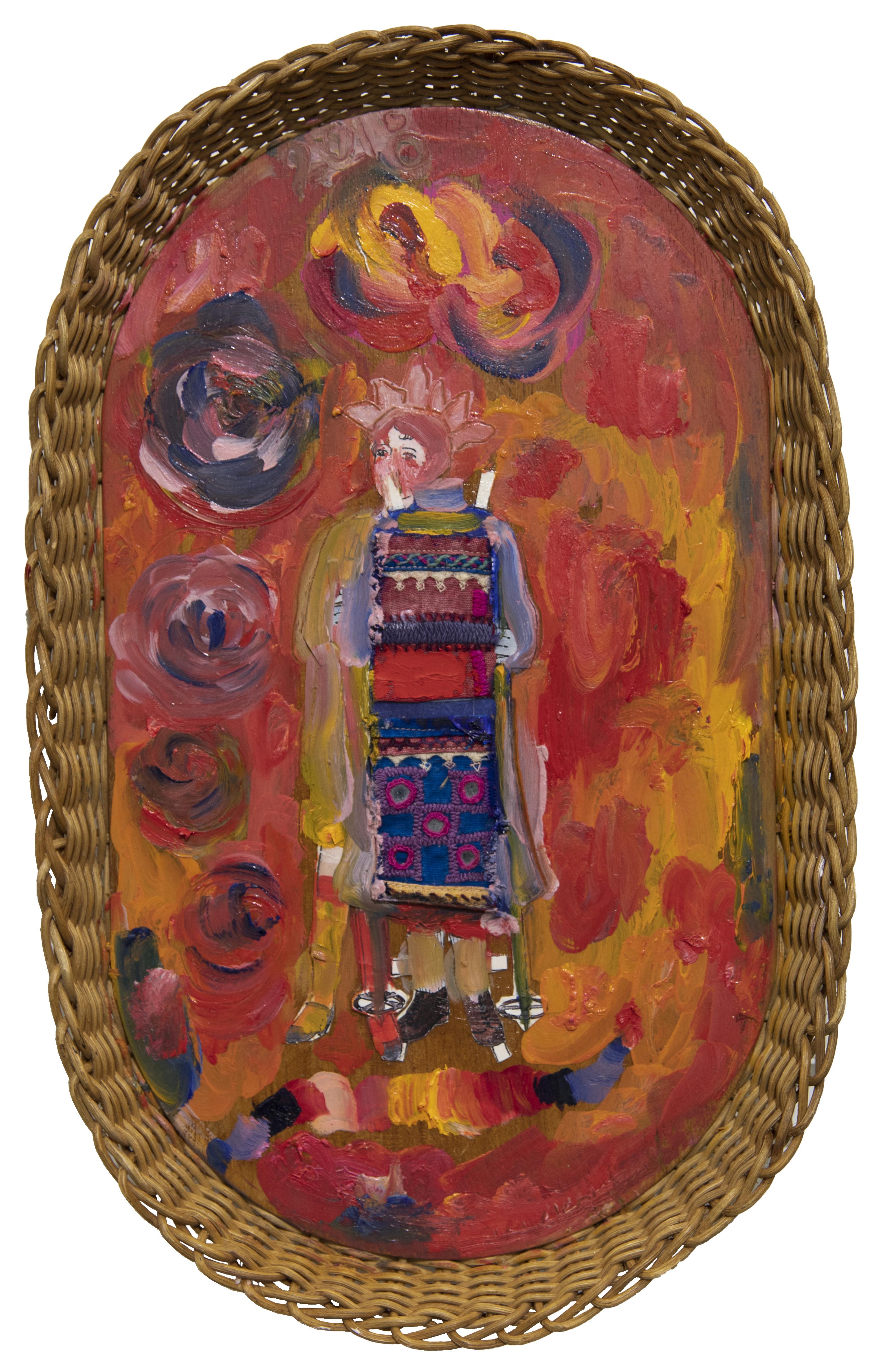 Korin pohjalle tehty maalaus. Hahmolla hattu, valkoiset kasvot, tilkkutäkkimäinen kolttu, käsissä hiihtosauvat. Taustalla kukkia ja kirkkaanpunaisen ja keltaisen sävyjä.