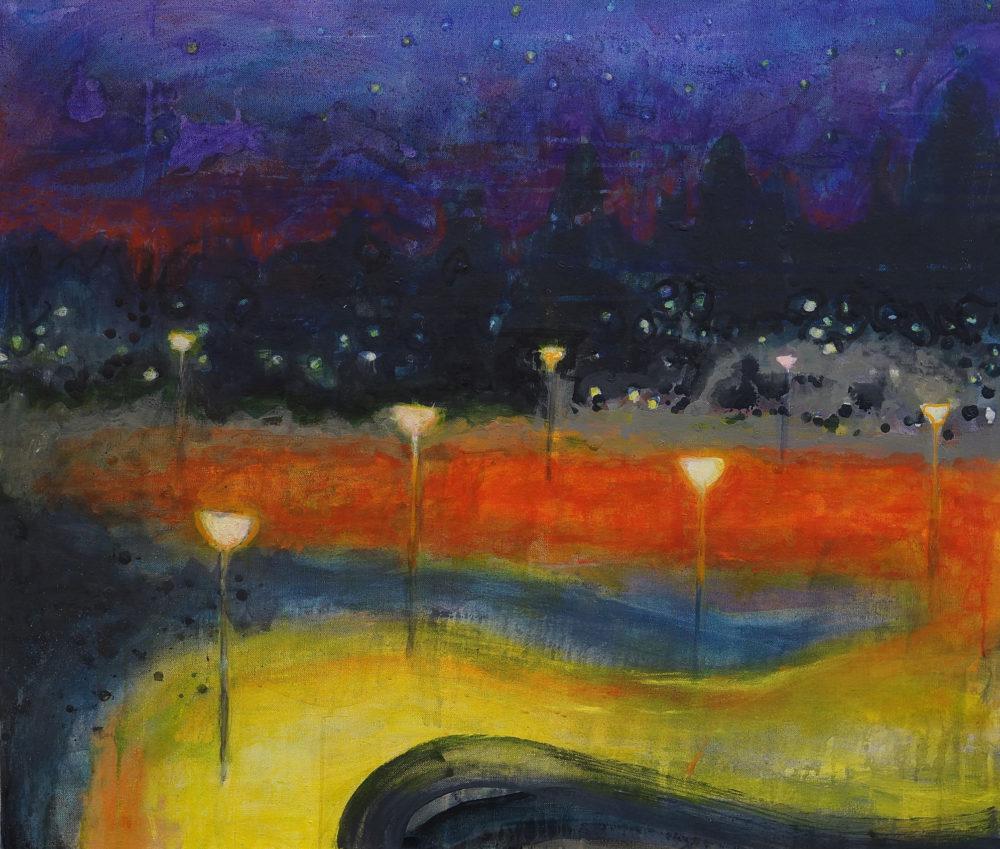 Maalauksellinen yönäkymä. Kiemurtelevan keltaisen ja oranssin tien reunalla katuvaloja. Sinistä pilkullista taivasta.