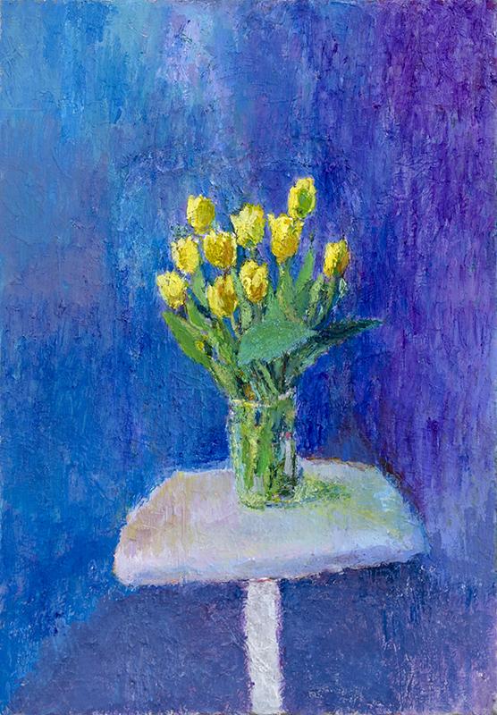 Ruukku keltaisia kukkia valkoisella pöydällä. Sininen tekstuurinen tausta.