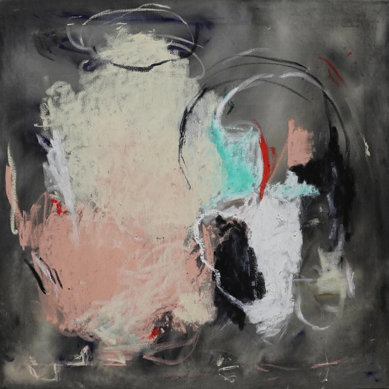 Vaalea pilvimäinen abstrakti muoto, maalausjälkiä, harmaa tausta.