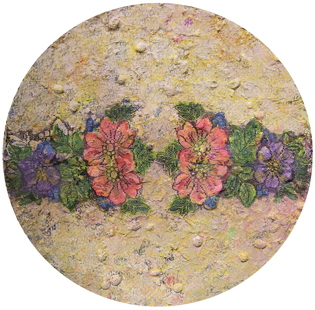 Pyöreälle pohjalle tehty maalaus. Tekstuurillinen vaaleanruskea kellertävä tausta, punaisia ja violetteja kukkia, vihreitä terälehtiä.