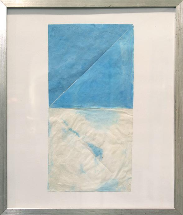 Kahdesta neliöstä koostuva sommitelma; ylempi, sininen, halkaistu kulmasta kulmaan, alempi ryppyinen valkea jossa sinisiä jälkiä.