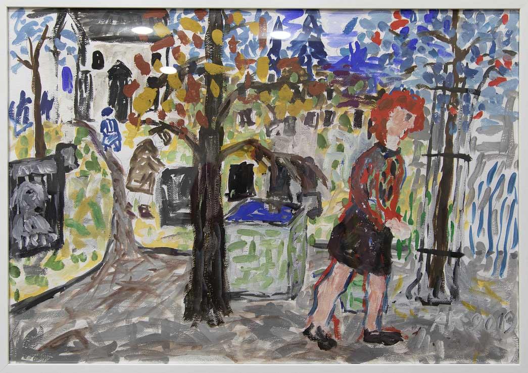 Impressionistinen maalaus; sininen taivas, valkoinen talo, puissa syksyn lehtiä, kadulla kävelee punatukkainen naishahmo, jolla punainen paita ja musta hame. .
