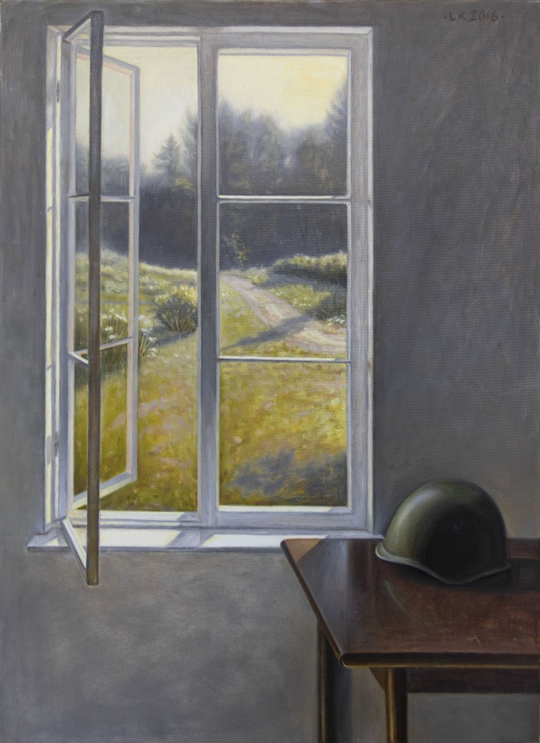 Harmaa seinä, ruskealla pöydällä sotilaan kypärä. Ikkuna auki kesäiseen maisemaan: niittyä, polku, metsää.