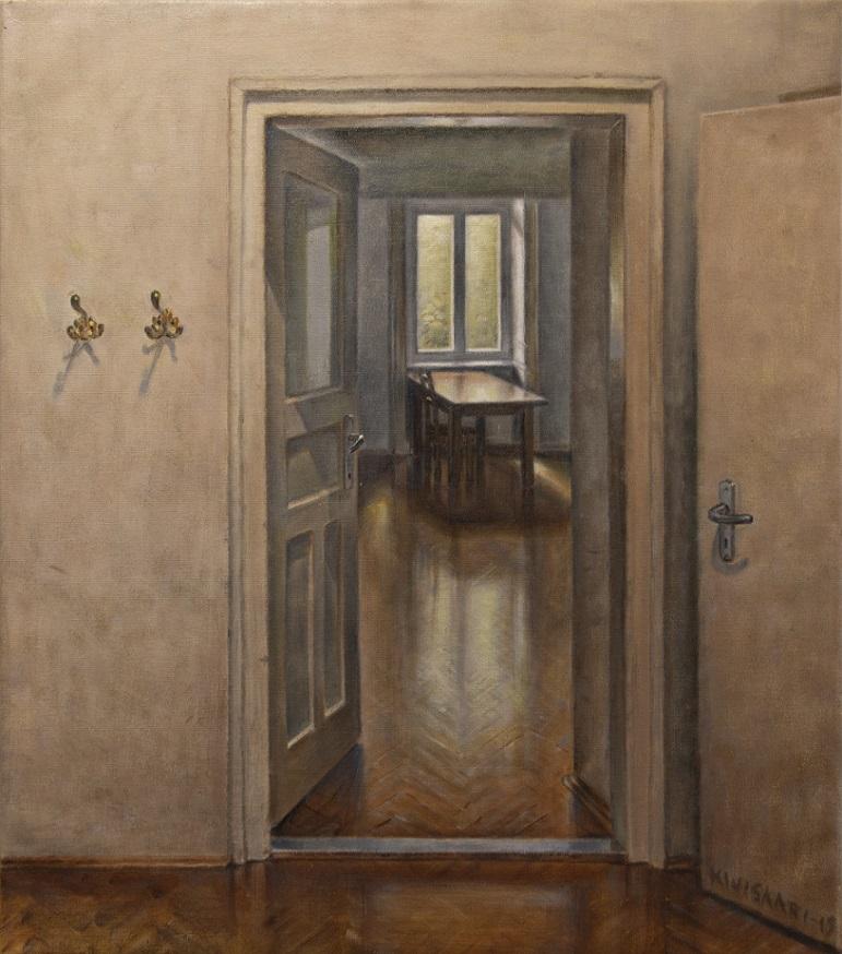 Vaaleanruskealla seinällä kaksi naulakkoa. Ruskea parketti. Ovi avautuu valoisaan huoneeseen, jossa näkyy pöytä, tuoli ja ikkuna.