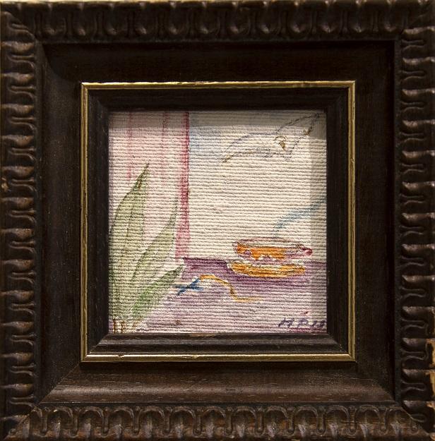 Pieni maalaus, jossa vihreitä lehtiä, keltainen ja violetti teekuppi lautasella, violetti taso. Valkoinen lintu taivaalla. Ruskea koristeellinen kehys.