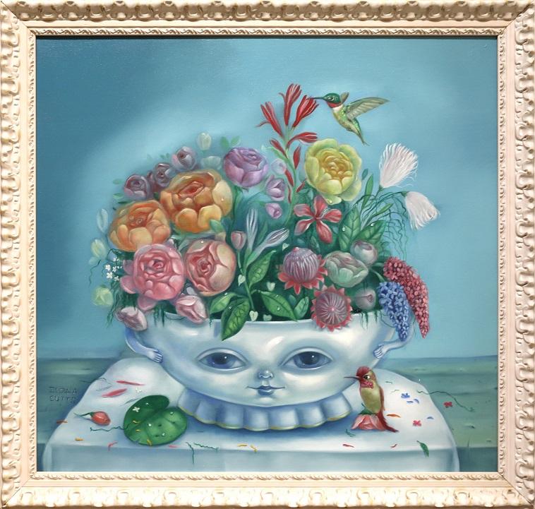 Pöydällä kukkia täynnä oleva valkoinen kulho, jolla on kädet ja ystävälliset kasvot. Vieressä kolibri. Valkoisella pöytäliinalla. terälehtiä. Vaaleansininen tausta. Valkoiset koristeelliset kehykset.
