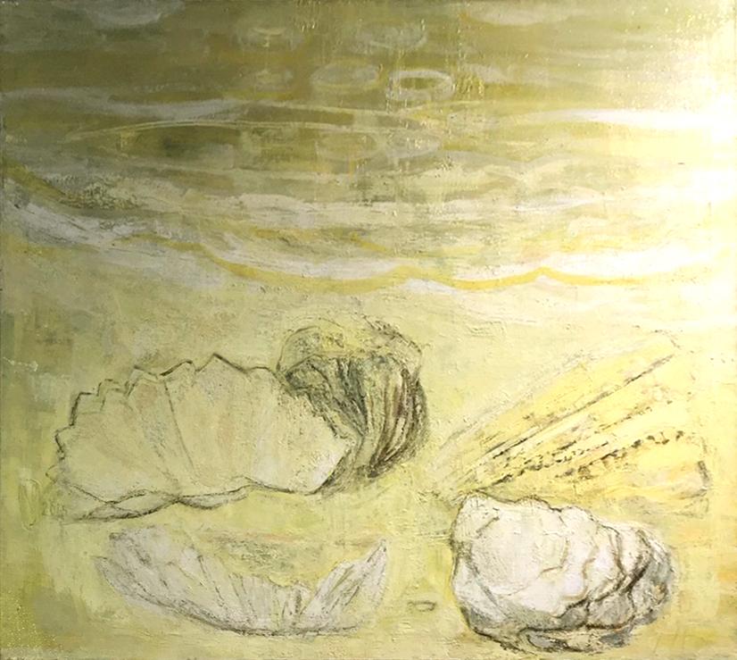 Keltaisen ja valkoisen sävyinen abstrakti maalaus, jossa jonkinlaisia kiviä tai simpukoita.