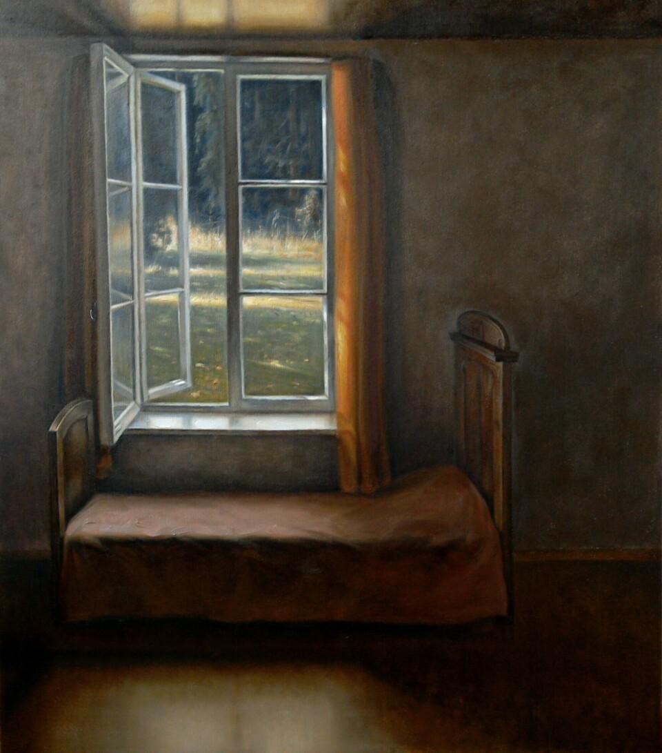 Ruskeahkossa huoneessa vuode, jonka takana ikkuna auki kesäiselle pihalle.
