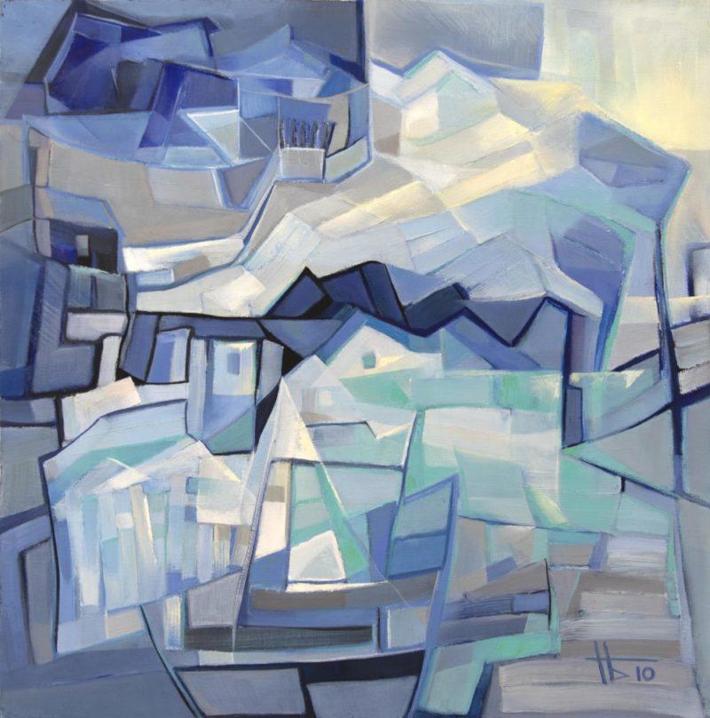 Sinisen, valkoisen, harmaan ja mustan sävyistä koostuva sirpaleinen maalaus.
