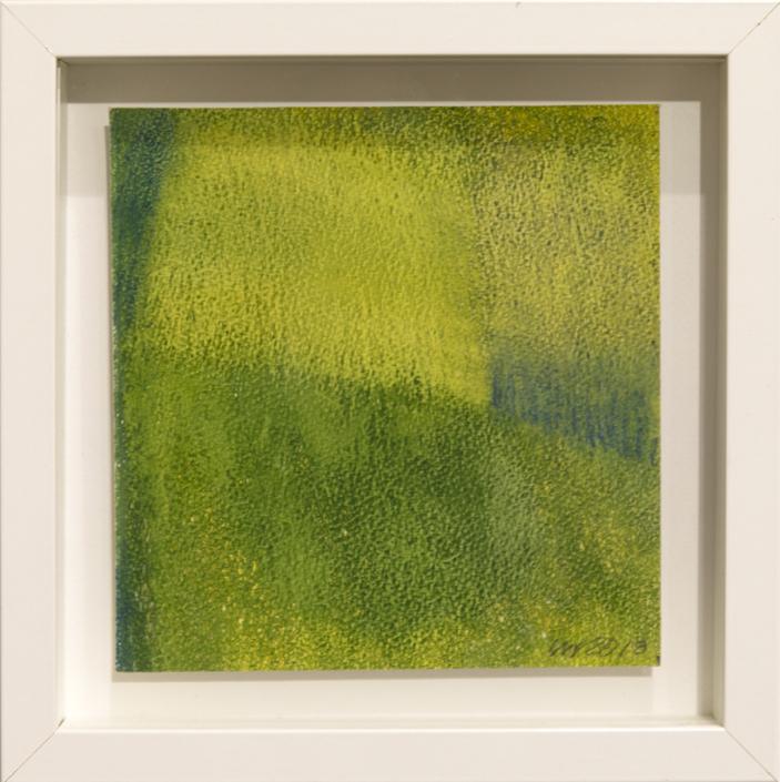 Abstrakti, vihreän ja keltaisen sävyistä koostuva kuva. Valkoiset kehykset.